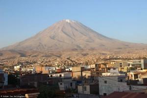 Pérou : le volcan Misti vue depuis la ville d'Arequipa
