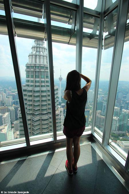 Justine et les Tours Petronas de Kuala Lumpur, Malaisie