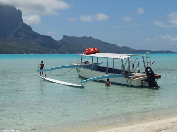 Bateau polynésien dans le lagon de Bora-Bora (Polynésie française)