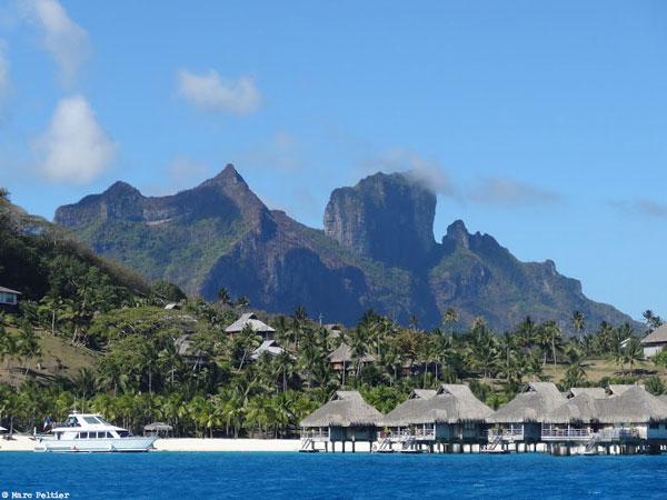 Bungalows sur le lagon de Bora-Bora (Polynésie française)