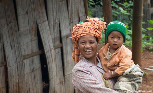 Mère et enfant à Kalaw, en Birmanie