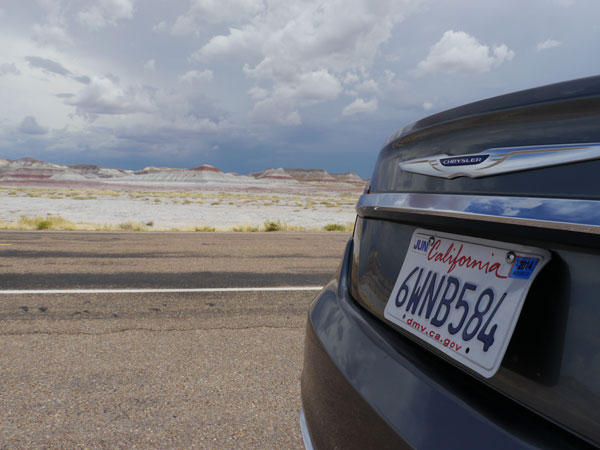 Plaque d'immatriculation californienne en bordure de route, Etats-Unis