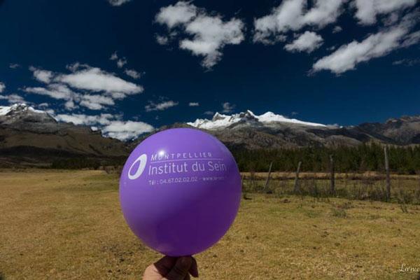 Ballon de l'Institut du Sein de Montpellier dans la Cordillère Blanche (Pérou)