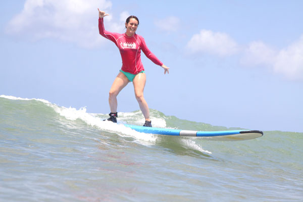 Margaux surfe à Hawaii (USA)