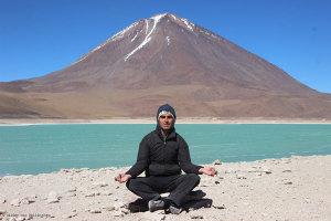 Didier, le Volcan Licancabur et la Laguna Verde dans le Sur Lípez (Bolivie)