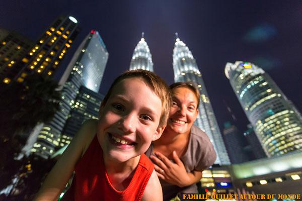 Eloïse et Clément devant les Tours Petronas de Kuala Lumpur (Malaisie)