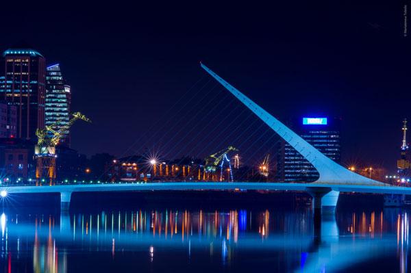 Le Puente de la Mujer dans le quartier de Puerto Madero, Buenos Aires (Argentine)