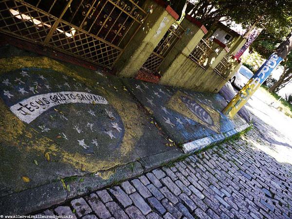 Drapeaux brésiliens peints sur le sol à São Paulo, Brésil