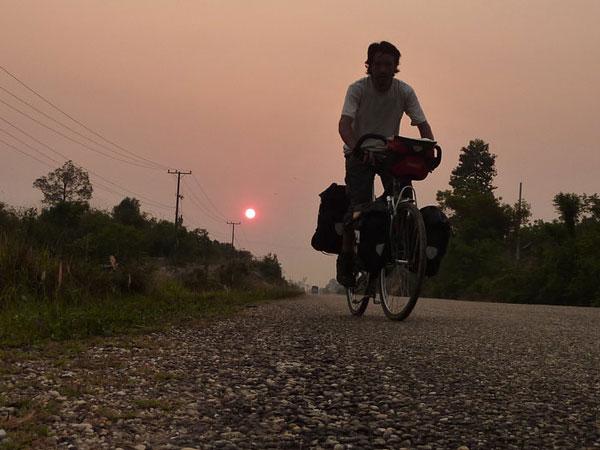 Florent sur son vélo, en route vers Paksan, Laos