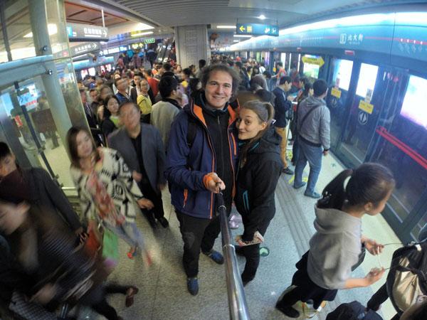 Marjorie & Bastien du blog chronomundi.fr sur le quai du métro de Xi'an, Chine
