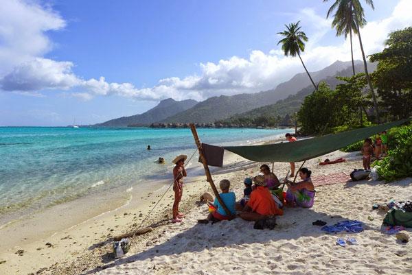Interview voyageurs : faire un tour du monde avec des enfants en bas âge - Plage polynésienne