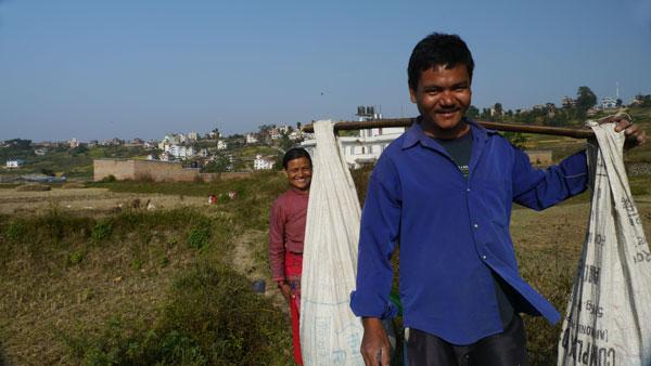 Que faire pour aider le Népal ? - Un couple du village de Khokana