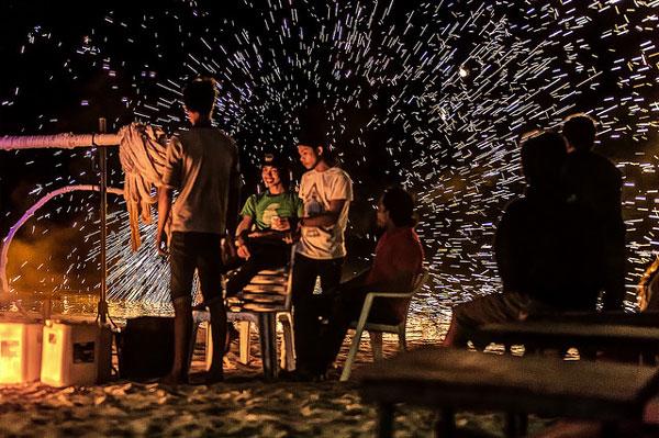 Quelle île choisir en Thaïlande : animations nocturnes sur une plage de Koh Phi Phi