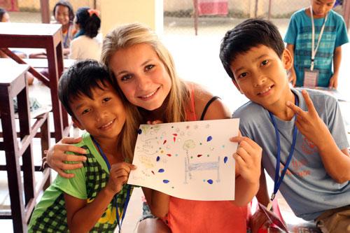 Charlotte et les enfants de l'association Pour un Sourire d'Enfant, au Cambodge