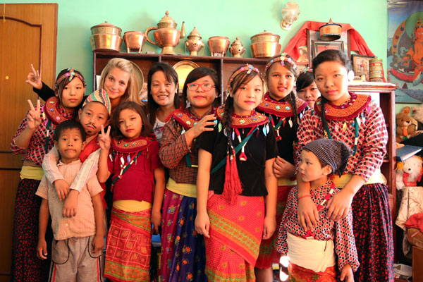 Charlotte et les enfants népalais en tenue traditionnelle