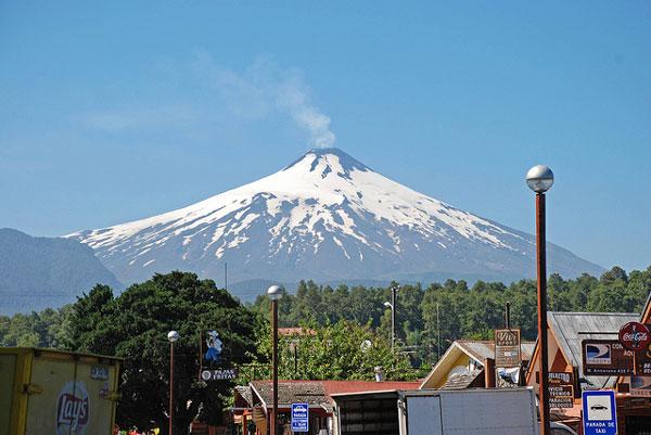 Le Volcan Villarrica, vu depuis la ville de Pucón