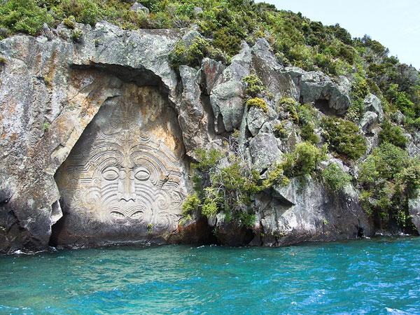 Maori Rock Carving sur le Lac Taupo (Nouvelle-Zélande)