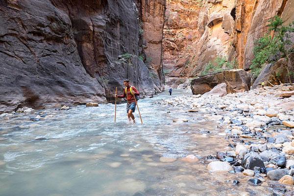 Les pieds dans l'eau lors du trek de Zion Narrows, USA