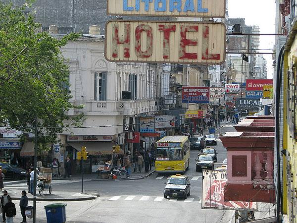 Rue et animée et hôtel en Argentine