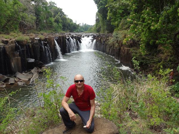Patrick devant la cascade Tad Pasuam, sur le Plateau des Bolovens, au Laos