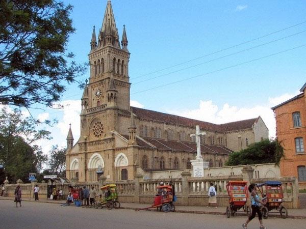 Eglise et pousse-pousses à Antsirabé, Madagascar
