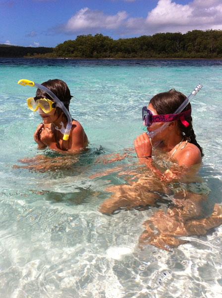 Maerema et Balthazar se baignent dans le Lac Mckenzie à Fraser Island, Australie