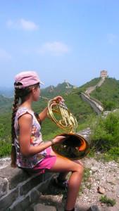 Maerema joue du cor d'harmonie sur la Grande Muraille de Chine