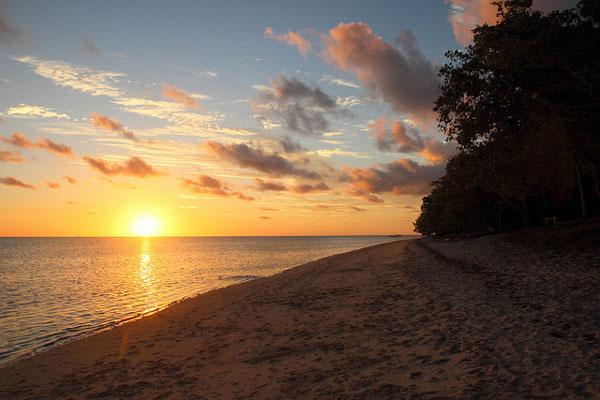 Coucher de soleil sur la plage de Poé, Bourail, Nouvelle-Calédonie