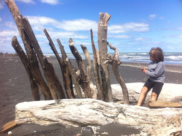 Balthazar sur une plage de Nouvelle-Zélande