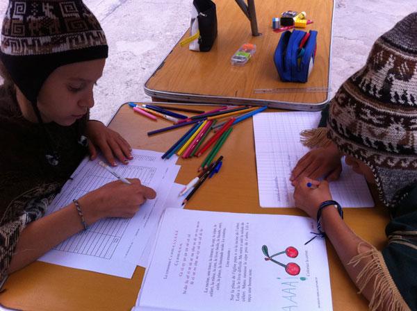 Les enfants étudient (Cusco, Pérou)