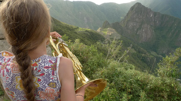 Maerema joue du cor d'harmonie face au Machu Picchu, Pérou