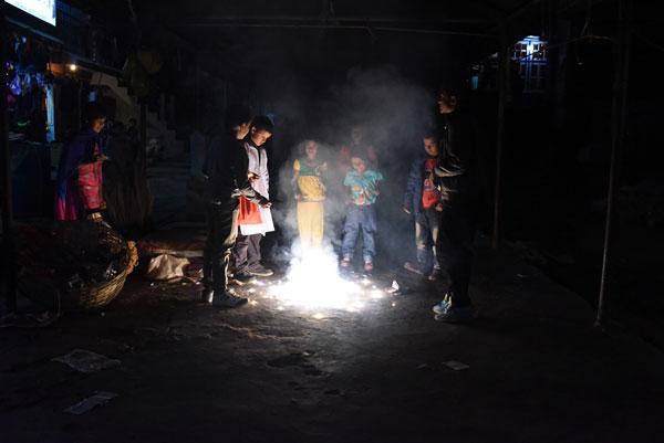 Ilyan et les enfants du village indien de Pedong s'amusent avec des pétards, lors de la fête de Diwali