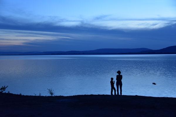 Karine et Ilyan au bord du Lac M'buro, en Ouganda