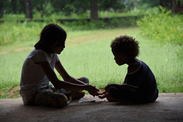Nayla joue avec la petite Clémence, à Enampore, au Sénégal