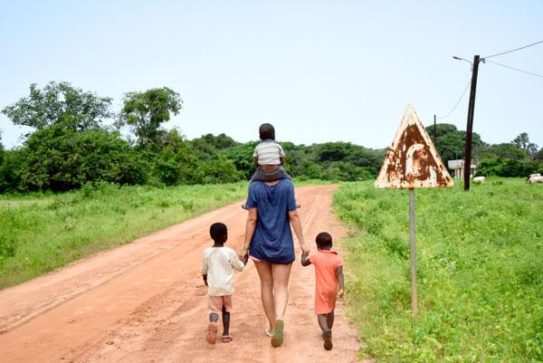 Oriane et les enfants d'Enampore, au Sénégal