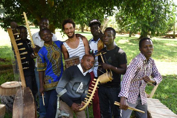 Solen et le groupe de musique N'dere, à Kampala, en Ouganda