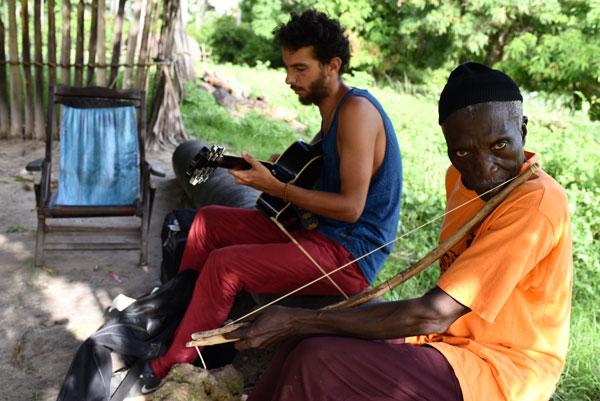 Solen joue de la musique en compagnie d'un Sénégalais, à Enampore