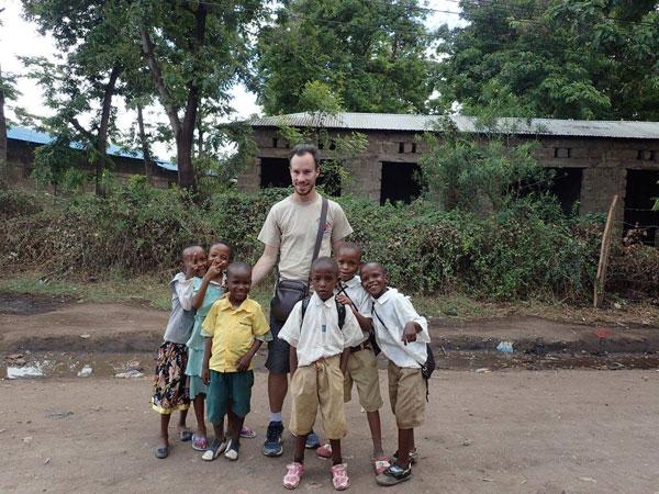 Vincent et des enfants d'un village de Tanzanie