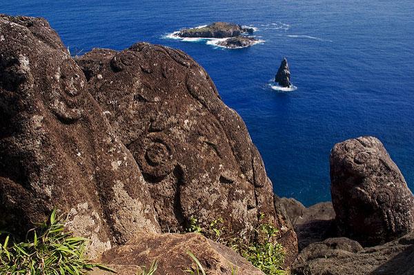 Orongo, vue sur les îlots qui ont donné naissance au mythe de l'Homme-Oiseau