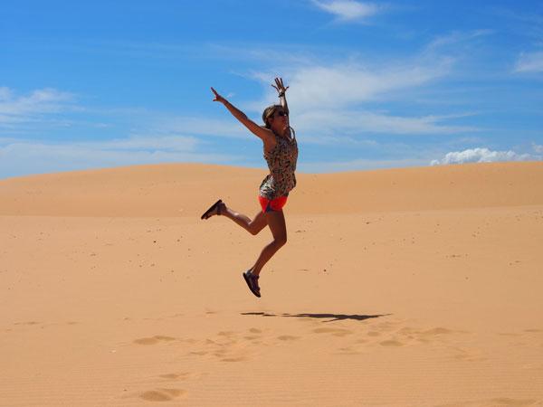 Charlotte dans les dunes de Mui Ne, au Vietnam