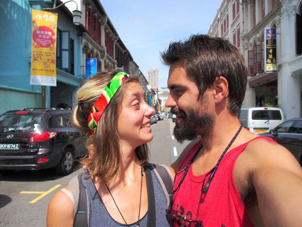 Charlotte et Grégory dans les rues de Singapour
