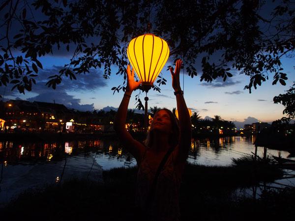 Charlotte et les lanternes de Hoi An, au Vietnam