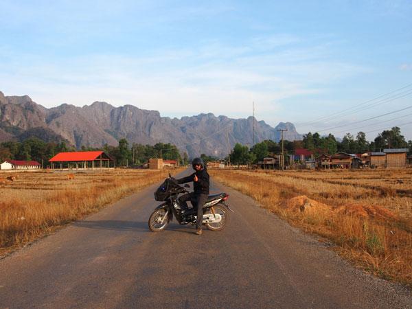 Grégory en moto lors de la boucle de Thakhek, au Laos