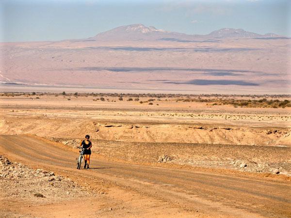 Ana en vélo dans le Désert d'Atacama, au Chili