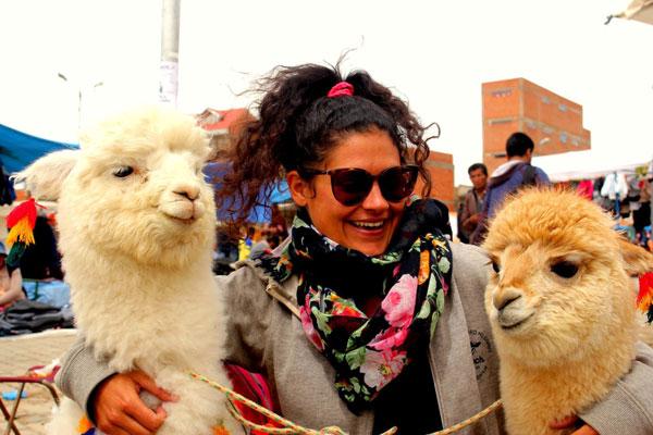 Ana bien entourée, au Mercado El Alto de La Paz, en Bolivie