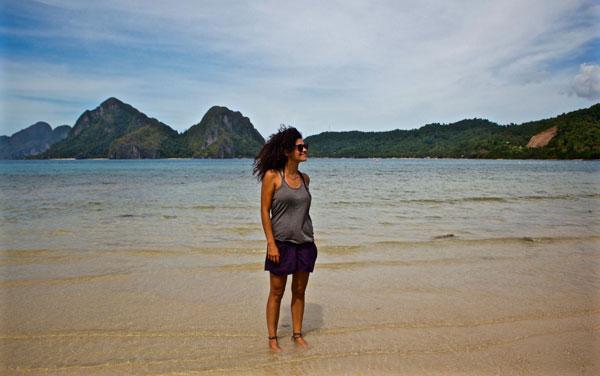 Ana sur la plage de Marimegmeg, aux Philippines