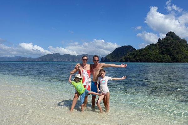 Anne, Fabrice, et leurs enfants, Lucie & Anatole, durant leur tour du monde