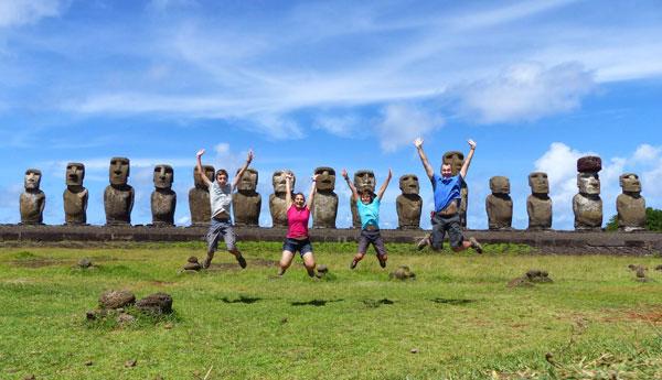 Virginie, Frédéric et leurs enfants sur l'Île de Pâques