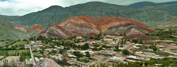 La Montagne aux 7 Couleurs et le village de Purmamarca dans la Quebrada de Humahuaca