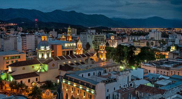 La ville de Salta de nuit